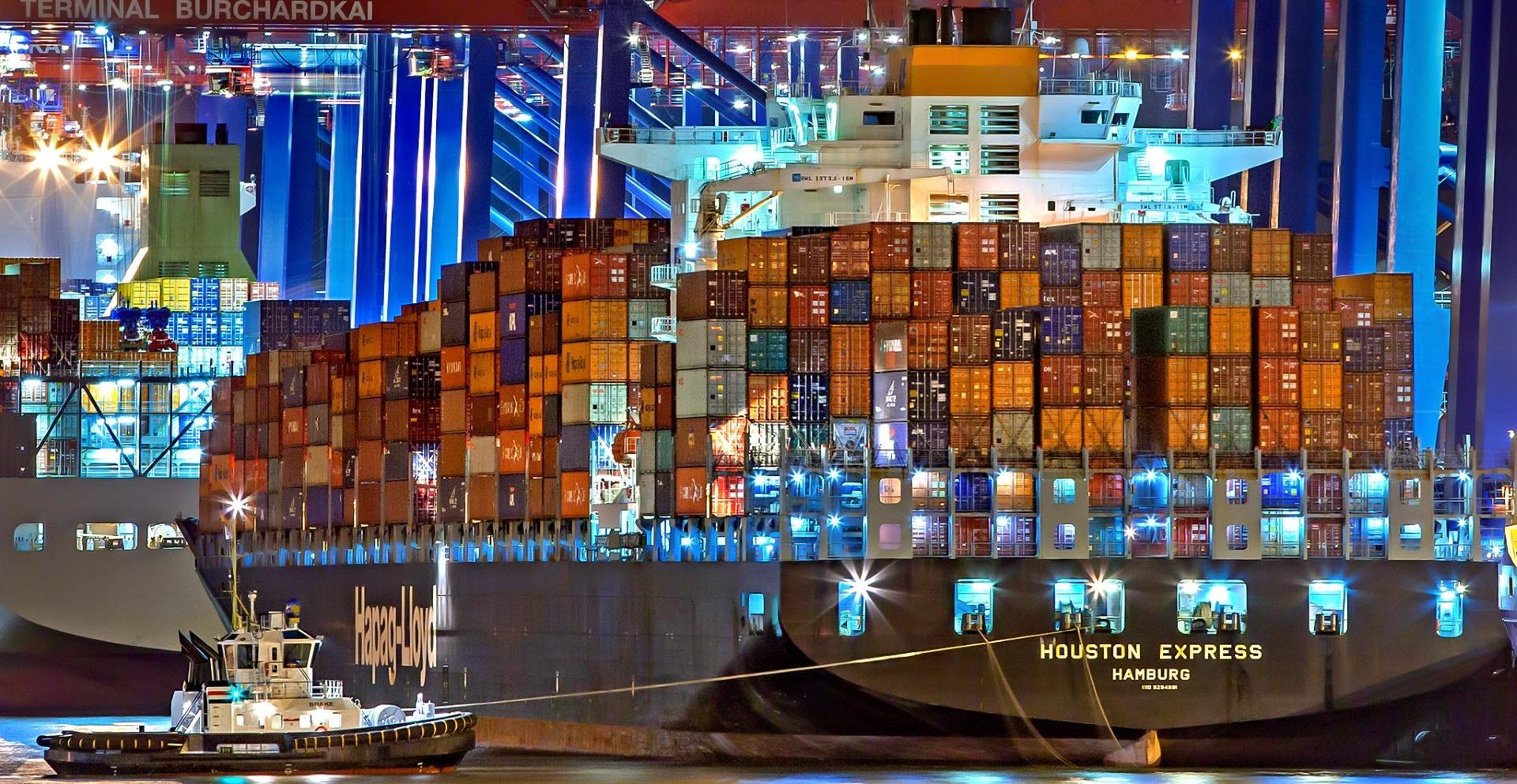 kleiner Schlepper zieht großes Containerschiff